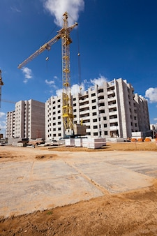 Costruzione della nuova casa - un cantiere in cui viene eseguita la costruzione di una nuova casa a più piani.