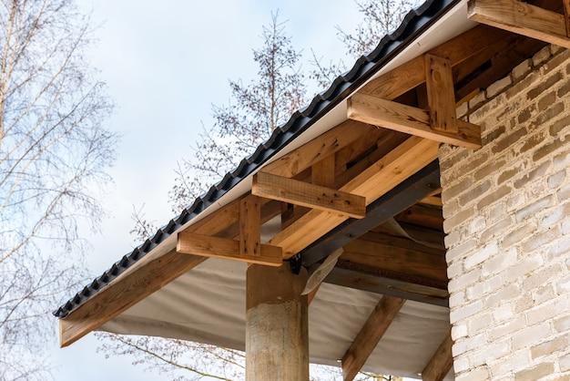 Realizzazione di un tetto a falde. rivestimento del tetto in metallo. pendenza del tetto.