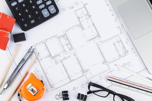 Pianificazione della costruzione con disegni costruttivi e accessori, progetti di costruzione su carta