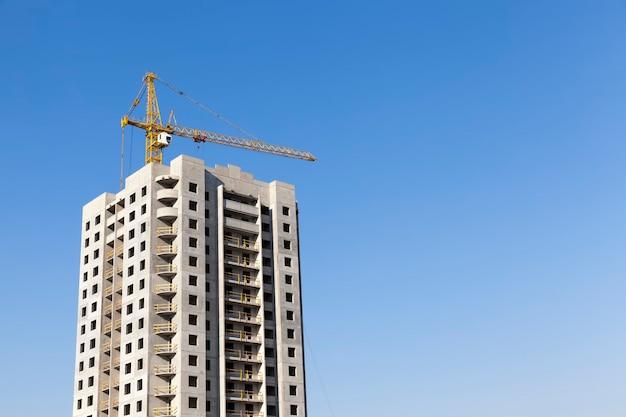 Costruzione di edifici residenziali con un gran numero di piani e appartamenti e locali residenziali