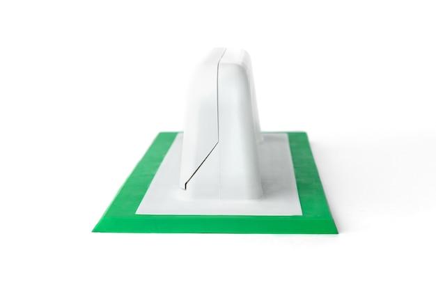 Cazzuola in gomma da costruzione per il riempimento di giunti isolati su sfondo bianco.