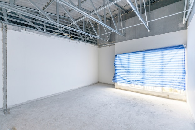 Cantiere di spazio interno vuoto, costruzione non finita dopo il processo di demolizione.