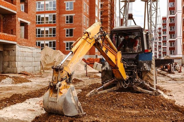 Cantiere con macchine edili escavatore