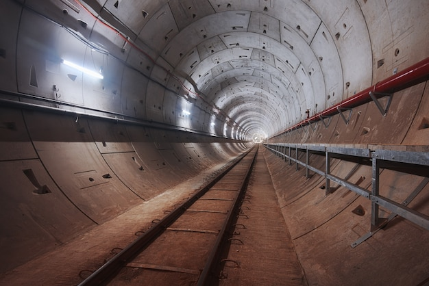 Costruzione del tunnel della metropolitana con luce bianca