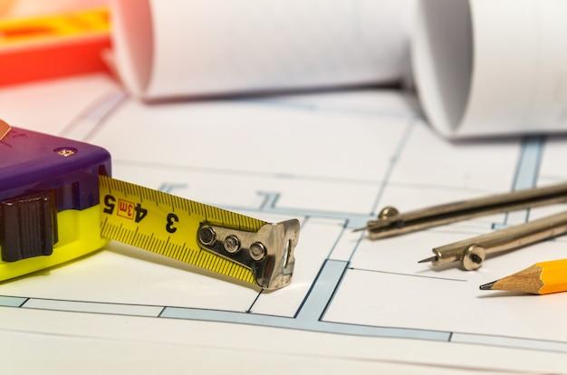 Nastro da costruzione e divisorio sui disegni