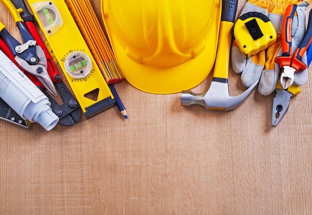 Strumenti di costruzione sulla tavola di legno