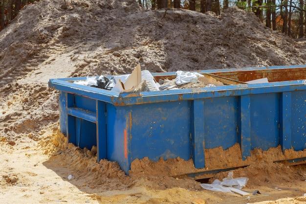 Cassonetti per rifiuti della costruzione in un contenitore del metallo, rinnovamento domestico della casa.