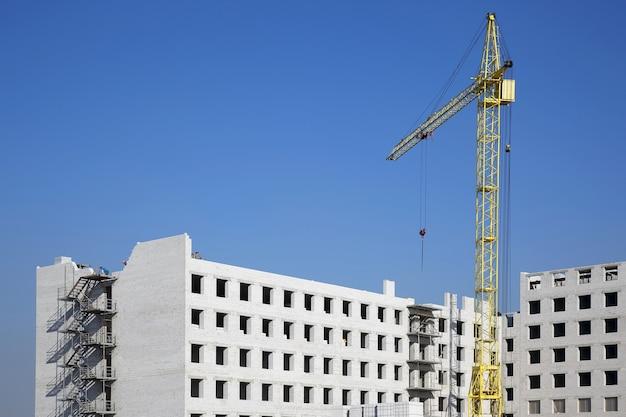 Costruzione di un edificio residenziale in mattoni bianchi