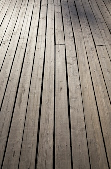 Costruzione di una strada in legno nel parco giochi