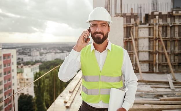 Operaio edile rispondendo alla telefonata in loco