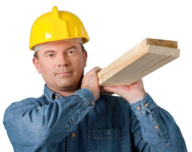 Operaio edile con tavole di legno isolato su whitea