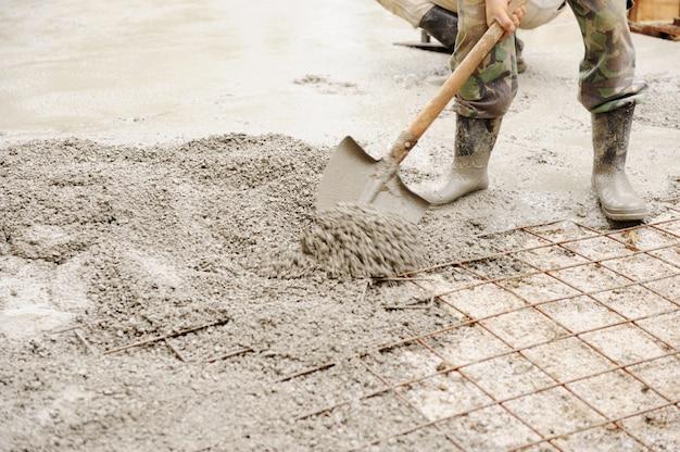 I lavori di costruzione assemblano griglie di ferro nel telaio pronte per il lavoro concreto