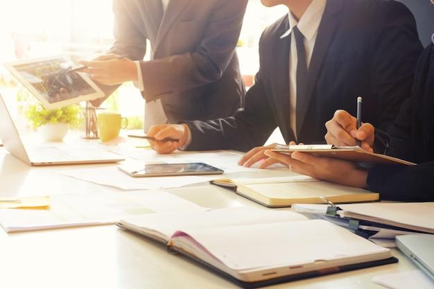 Consultare affari, incontro uomo con la finanza.