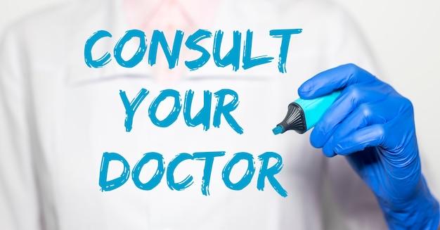Consultare il testo dell'iscrizione del medico.
