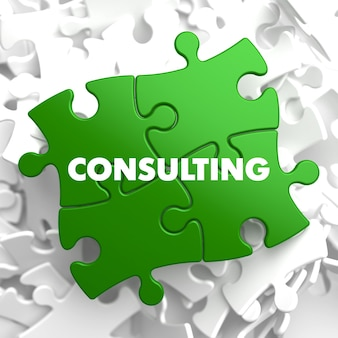 Consulenza sul puzzle verde su sfondo bianco.