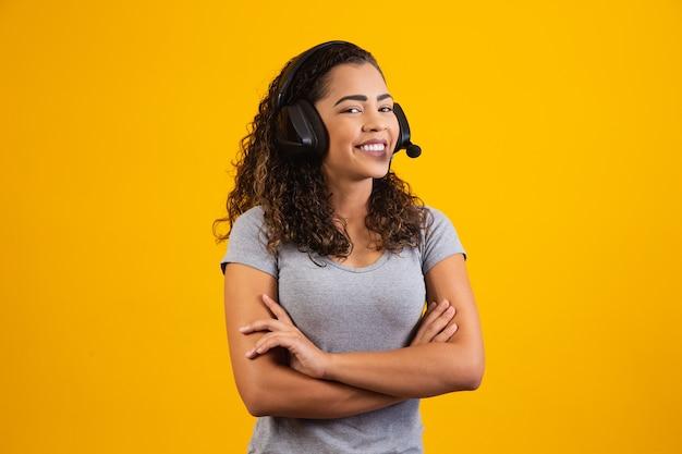 Contatta il servizio di call center. assistenza clienti, agente di vendita femminile. chiamante o operatore con le braccia incrociate