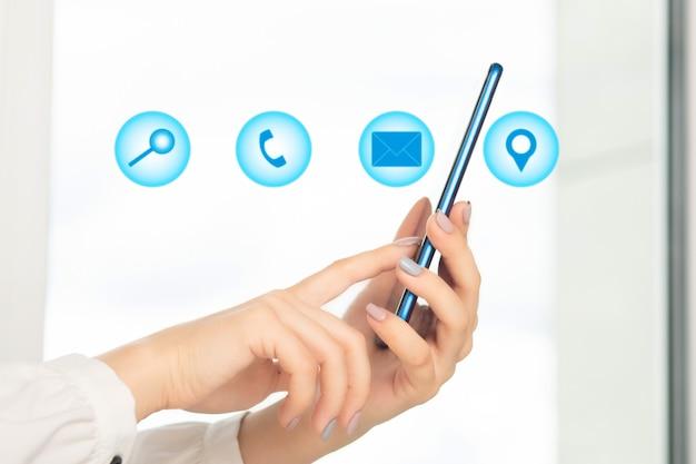 Contattaci, concetto di supporto ai consumatori di servizi aziendali