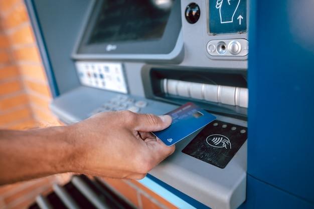 Prelievo senza contatto da un bancomat con carta di credito, concetto di finanza