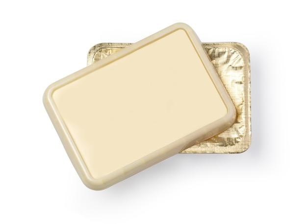 Contenitore per burro, formaggio fuso o margarina da spalmare. isolato su sfondo bianco. con tracciato di ritaglio