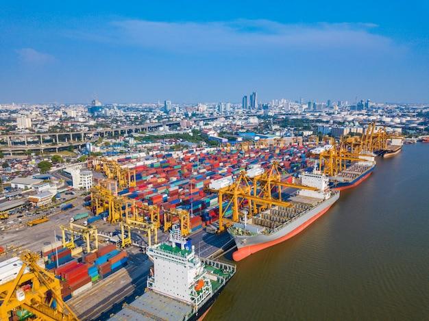 Nave mercantile del carico del contenitore con il ponte di caricamento funzionante della gru in cantiere navale