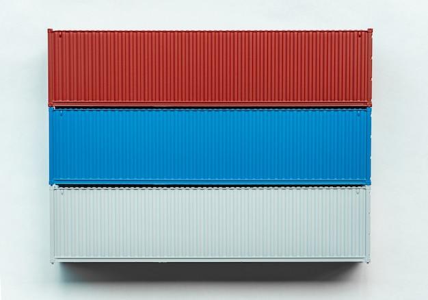 Trasporto di merci in container su sfondo bianco, esportazione di importazione di contenitori di distribuzione, industria di spedizione logistica internazionale di trasporto di consegna di trasporto di affari globali.