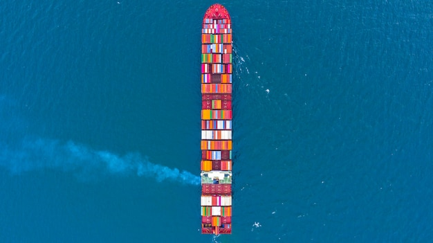 Nave da carico del contenitore nell'affare logistico al mare