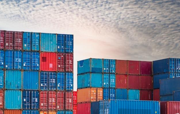 Logistica per container attività di carico e spedizione nave portacontainer per logistica di importazione ed esportazione