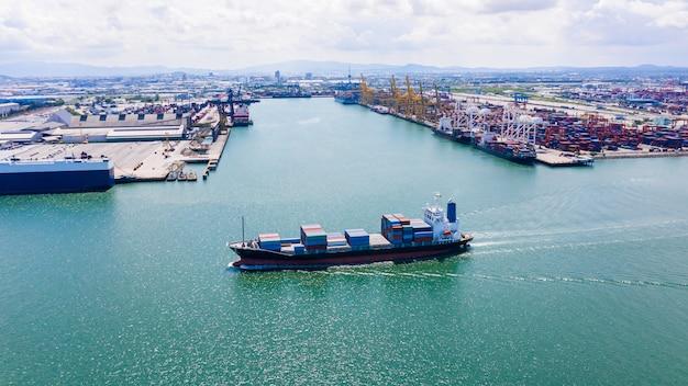 Importare ed esportare un servizio commerciale di navi container internazionale sul mare
