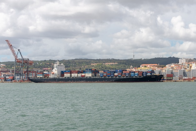 Nave porta-container in porto, operazioni di carico in corso