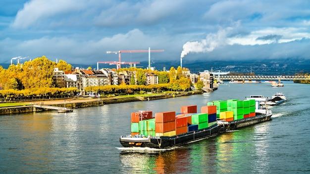 Nave portacontainer sul fiume reno a mainz renania-palatinato, germany