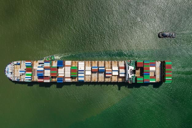 Nave porta-container che naviga nell'oceano, vista aerea di logistica del carico di affari