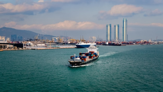 Nave portacontainer che trasporta merci di esportazione di importazione logistica di merci di grandi dimensioni