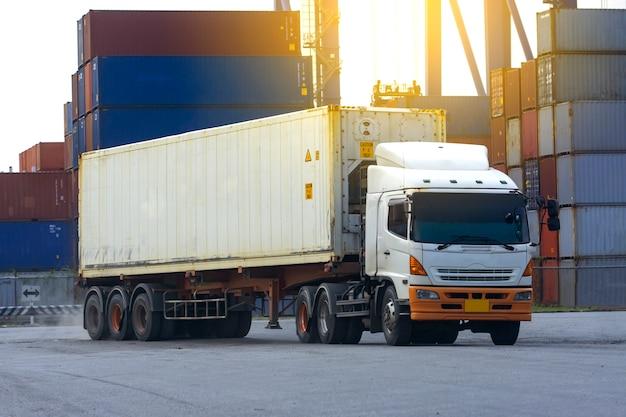 Camion bianco del contenitore nel porto logistico della nave