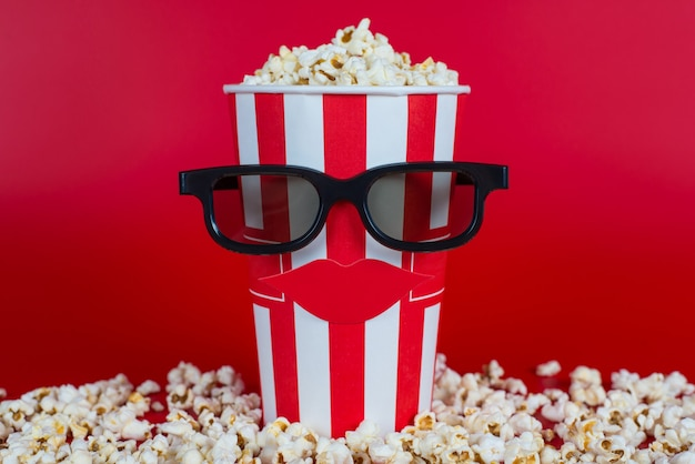 Contenitore con popcorn nero specs isolato sfondo luminoso