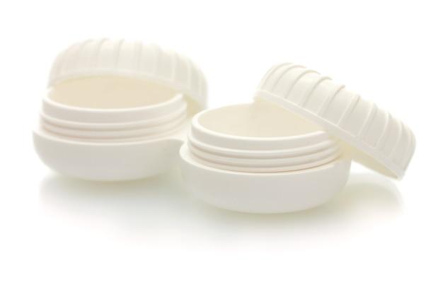 Contenitori per lenti a contatto su bianco