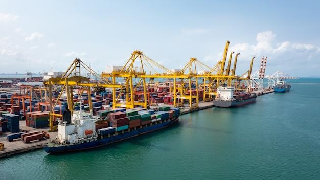 Contenitori nave e porti di spedizione merci logistiche carico carico scarico con gru