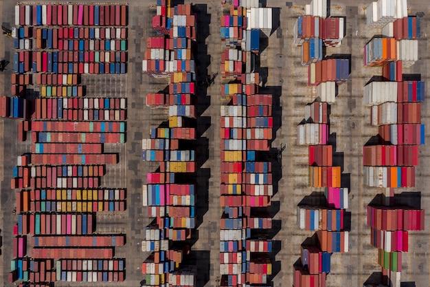 Magazzino di contenitori e gru stanno lavorando ascensore trailer servizi aziendali industria trasporti vista aerea dall'alto