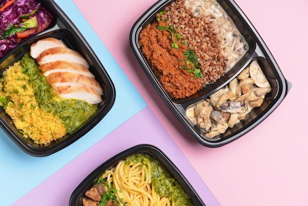 Contenitori con cibo sano sul colore