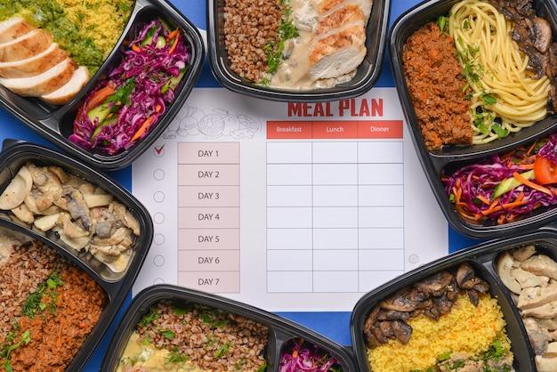 Contenitori con cibo sano e piano alimentare sul colore