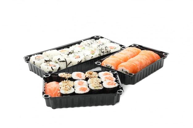 Contenitori con i sushi isolati su superficie bianca. consegna del cibo