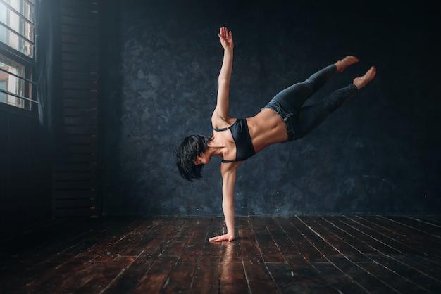 Contemp attivo ballare in classe di danza