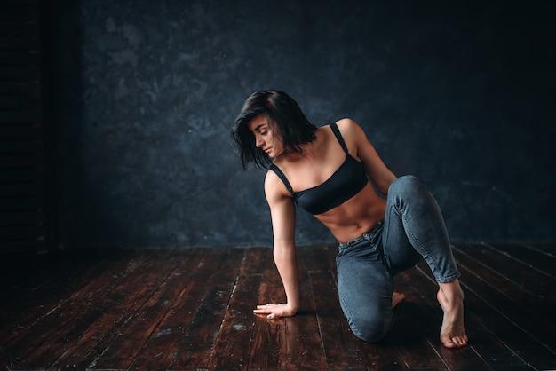 Esecutore femminile di danza contemporanea nella classe di danza