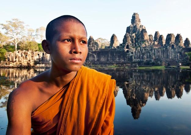 Contemplando il monaco, angkor wat, siem reap, cambogia.