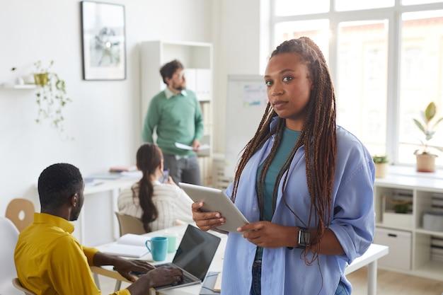 Donna afro-americana contemporanea con business team multietnico