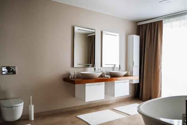 Interno del bagno contemporaneo, ottimo design.