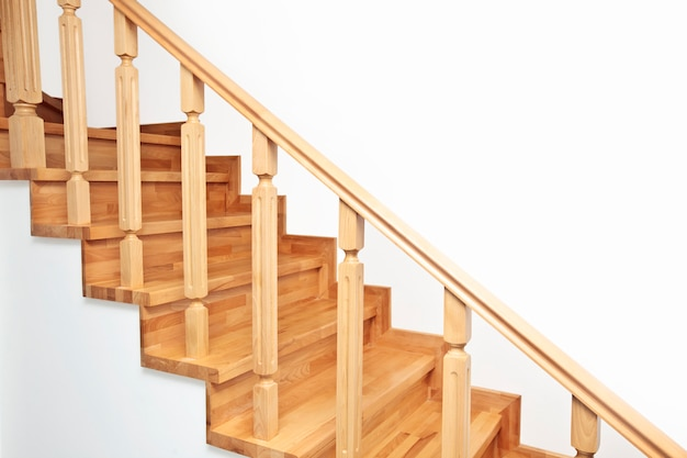 Scale di legno marroni contemporanee nella casa