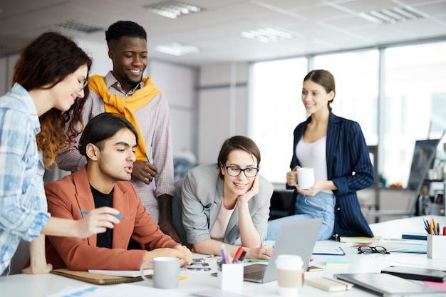 Squadra contemporanea di affari al lavoro