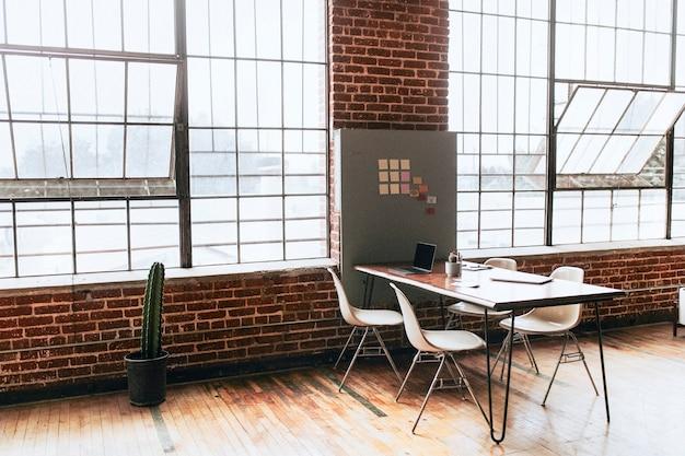 Stanza in legno con tecnologia wireless aziendale contemporanea