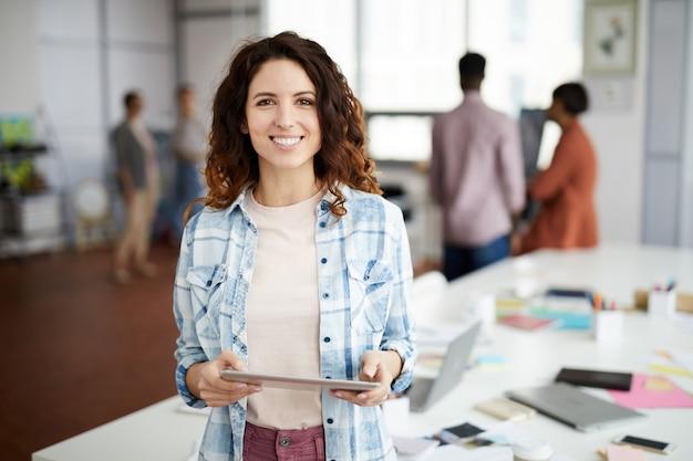 Donna creativa contemporanea in ufficio