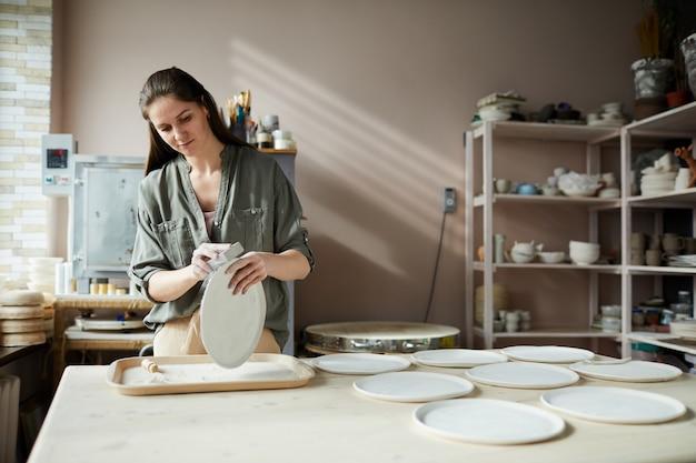 Ceramista femminile contemporaneo